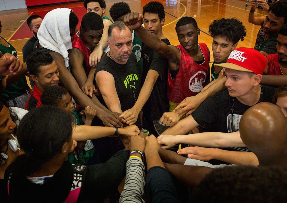One Hood Uniendo a Nuestros Jóvenes a través del Baloncesto